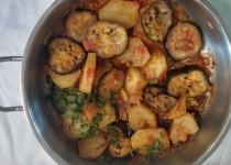 באג'י( תבשיל) חצילים ותפוחי אדמה .